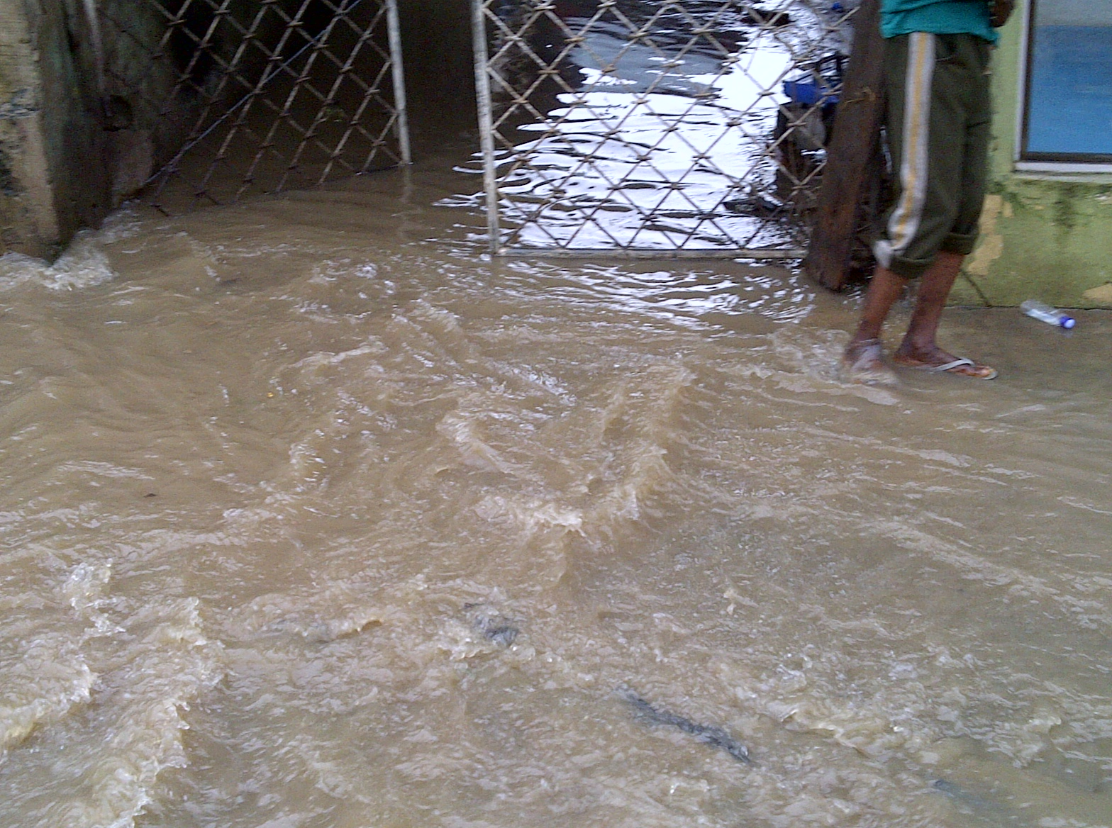 Overnight downpour causes flood and traffic gridlock in Lagos