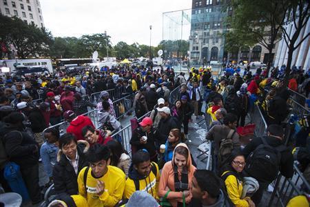 Thousands queue to buy iPhone 5