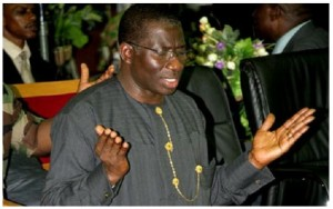 Goodluck-Jonathan-praying