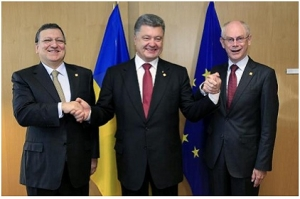 Ukraine's President Poroshenko poses with European Commission President Barroso and European Council President Van Rompuy at EU Council in Brussels
