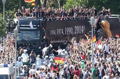 Thousands Welcome World Cup Winning German Stars