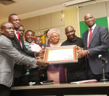 Students Honour Fashola With Certificate Of Commendation