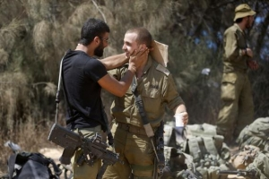 Israeli soldiers from the Givati brigade embrace after returning to Israel from Gaza