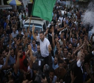 Hamas spokesman Sami Abu Zuhri is carried by Palestinians as they celebrate what they said was a victory over Israel following a ceasefire in Gaza City