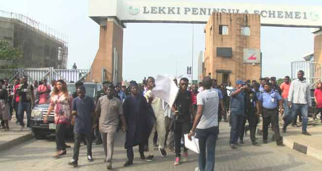 Lekki Toll Gate: Hoodlums Attack Journalists As Residents Protest