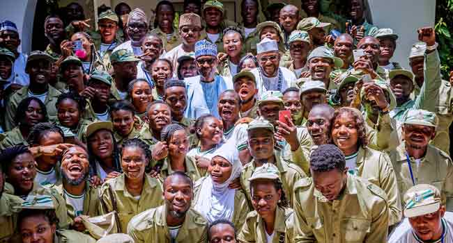 President Buhari Hosts Corps Members In Daura