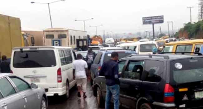 Fallen Truck Causes Gridlock On Lagos-Ibadan Expressway