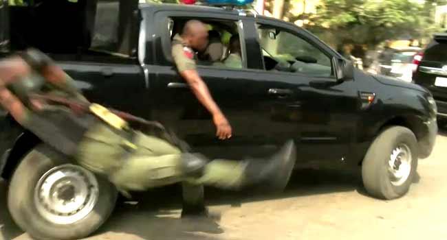 VIDEO: Jubilating Policeman Falls Off Moving Van In Lagos