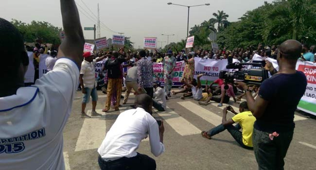 [PHOTOS]: Group Stage Protest At Lagos Assembly Over Moves To Impeach Ambode