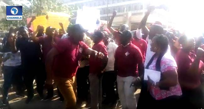 VIDEO: Electricity Workers Protest, Picket Power Ministry In Abuja