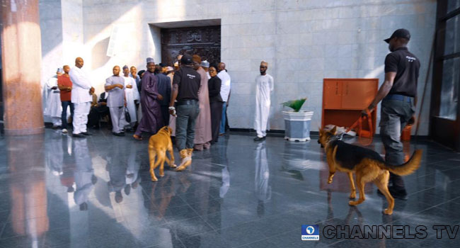 PHOTOS: Police Deploy Dogs To Control Crowd At Supreme Court