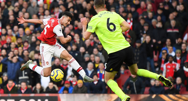 Arsenal's Brazilian striker Gabriel Martinelli (L) shoots but fails to score during the English Premier League football match between Arsenal and Sheffield United at the Emirates Stadium in London on January 18, 2020. DANIEL LEAL-OLIVAS / AFP
