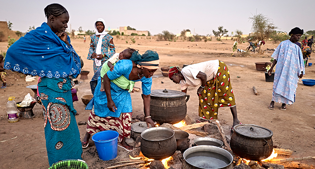 Displaced women prepare the dinner in a courtyard in Sevare in central Mali on February 26, 2020. Two months earlier 400 Dogon people fled their village of Toou finding a shelter in a school of Sevare. MICHELE CATTANI / AFP