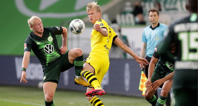Wolfsburg's Austrian midfielder Xaver Schlager (L) vies with Dortmund's Norwegian forward Erling Braut Haaland during the German first division Bundesliga football match Vfl Wolfsburg vs Borussia Dortmund in Wolfsburg, on May 23, 2020. Michael Sohn / POOL / AFP