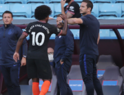 Chelsea's English head coach Frank Lampard (R) touch the elbow of Chelsea's Brazilian midfielder Willian as he is substituted off during the English Premier League football match between Aston Villa and Chelsea at Villa Park in Birmingham, central England on June 21, 2020. MOLLY DARLINGTON / POOL / AFP