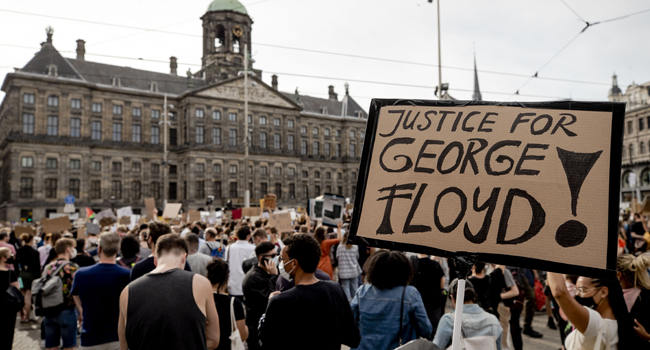 Protesters demonstrate on June 1, 2020 in Amsterdam, to protest against the police killing of unarmed black man George Floyd in the USA. Sem VAN DER WAL / AFP / ANP