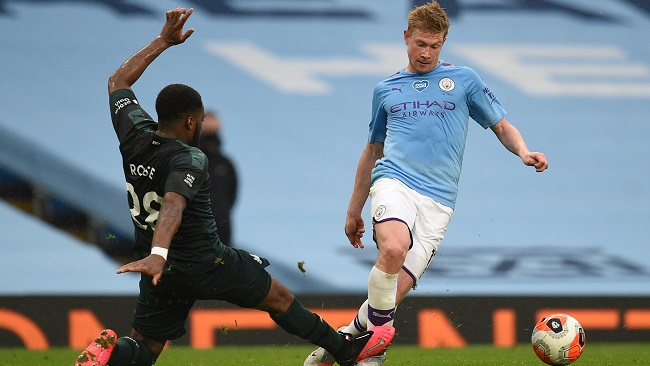 Manchester City's Belgian midfielder Kevin De Bruyne (R) is caught by Newcastle United's English defender Danny Rose (L) during the English Premier League football match between Manchester City and Newcastle United at the Etihad Stadium in Manchester, north west England, on July 8, 2020. (Photo by Oli SCARFF / POOL / AFP)