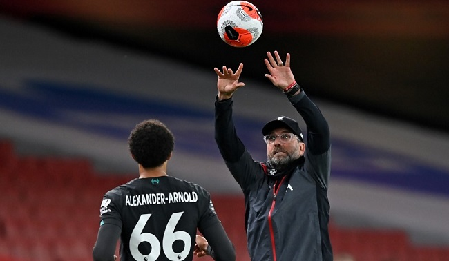 Liverpool's German manager Jurgen Klopp gathers the ball on the touchline during the English Premier League football match between Arsenal and Liverpool at the Emirates Stadium in London on July 15, 2020. - Arsenal won the game 2-1. (Photo by Shaun Botterill / POOL / AFP) / RESTRICTED TO EDITORIAL USE. No use with unauthorized audio, video, data, fixture lists, club/league logos or 'live' services. Online in-match use limited to 120 images. An additional 40 images may be used in extra time. No video emulation. Social media in-match use limited to 120 images. An additional 40 images may be used in extra time. No use in betting publications, games or single club/league/player publications. /