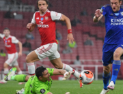 Arsenal's Argentinian goalkeeper Emiliano Martinez (C) dives to block a shot from Leicester City's English striker Jamie Vardy (R) during the English Premier League football match between Arsenal and Leicester City at the Emirates Stadium in London on July 7, 2020. Michael Regan / POOL / AFP