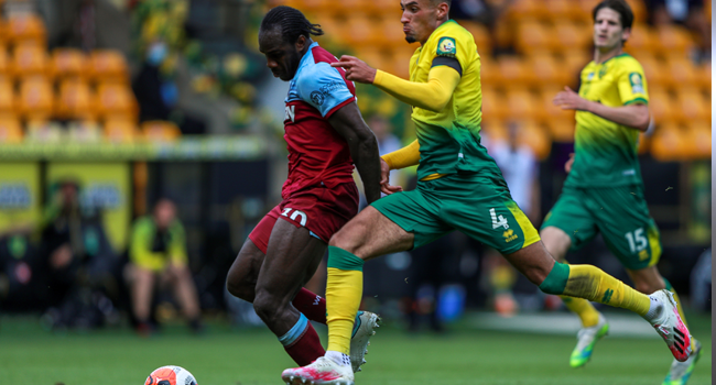 West Ham United's English midfielder Michail Antonio (L) shoots and scores a goal next to Norwich City's English midfielder Ben Godfrey during the English Premier League football match between Norwich City and West Ham United at Carrow Road in Norwich, eastern England on July 11, 2020. Ian Walton / POOL / AFP
