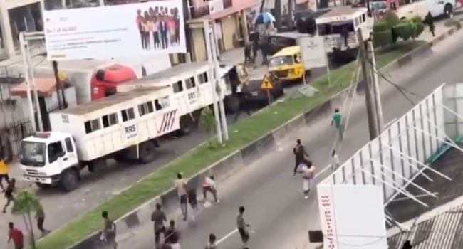 VIDEO: How Thugs Attacked RRS Vehicles In Lagos, Causing Policemen To Flee