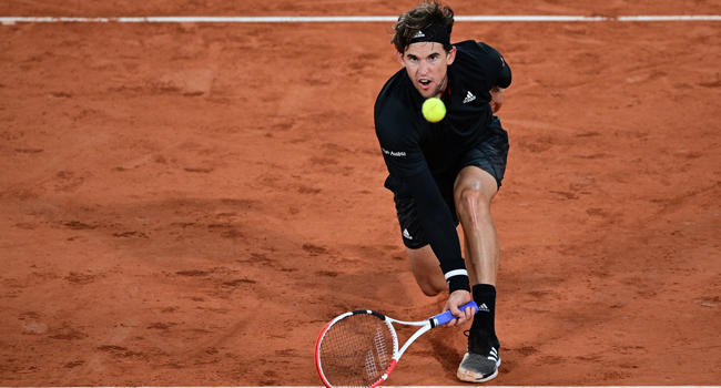 Austria's Dominic Thiem returns the ball to Argentina's Diego Schwartzman during their men's singles quarter-final tennis match on Day 10 of The Roland Garros 2020 French Open tennis tournament in Paris on October 6, 2020. MARTIN BUREAU / AFP