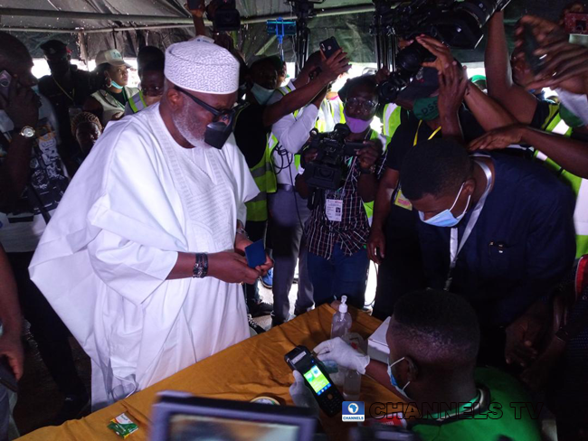 A photo of Governor Akeredolu casting his vote on Saturday, October 10, 2020.