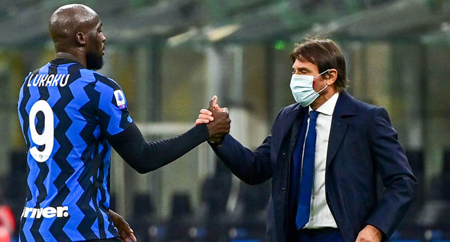 Inter Milan's Belgian forward Romelu Lukaku (L) and Inter Milan's Italian coach Antonio Conte tap hands at the end of the Italian Serie A football match Inter vs Torino on November 22, 2020 at the Giuseppe-Meazza (San Siro) stadium in Milan. MIGUEL MEDINA / AFP