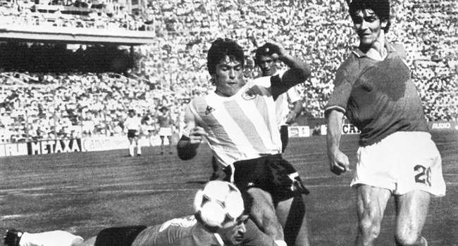 In this file photo taken on June 29, 1982 Argentinian goalkeeper Ubaldo Fillol (Bottom) and captain Daniel Passarella (L) prevent Italian striker Paolo Rossi from scoring, during the World Cup second round soccer match between Italy and Argentina in Barcelona. STAFF / AFP