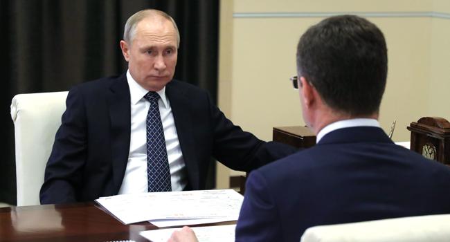 Russian President Vladimir Putin meets with deputy prime minister Alexander Novak at the Novo-Ogaryovo state residence outside Moscow on December 22, 2020. Mikhail KLIMENTYEV / SPUTNIK / AFP