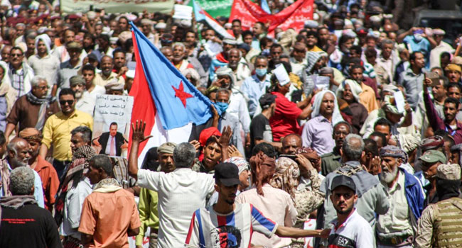 Yemen Residents Protest Poor Living Conditions, Storm Aden Presidential Palace