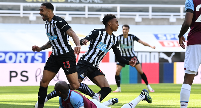 Newcastle United's English midfielder Joe Willock (C) reacts after scoring a goal during the English Premier League football match between Newcastle United and West Ham United at St James' Park in Newcastle-upon-Tyne, north east England on April 17, 2021. STU FORSTER / POOL / AFP