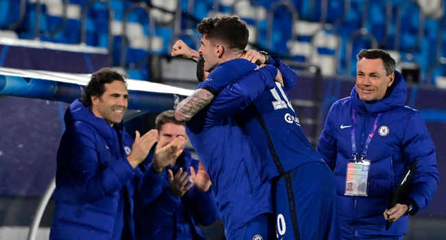Chelsea's American midfielder Christian Pulisic (C) celebrates with teammates after scoring during the UEFA Champions League semi-final first leg football match between Real Madrid and Chelsea at the Alfredo di Stefano stadium in Valdebebas, on the outskirts of Madrid, on April 27, 2021. JAVIER SORIANO / AFP