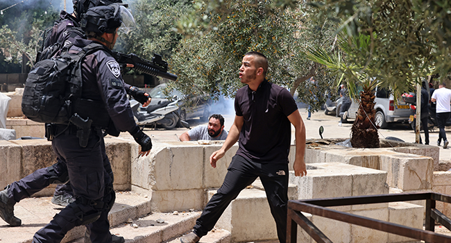 A Palestinian protester argues with Israeli security forces in Jerusalem's Old City on May 10, 2021, as a planned march marking Israel's 1967 takeover of the holy city threatened to further inflame tensions. EMMANUEL DUNAND / AFP