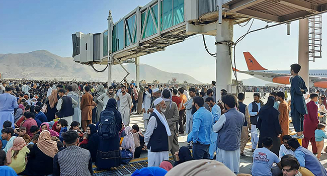 Los afganos llenaron la pista del aeropuerto de Kabul el 16 de agosto de 2021 para huir del país, ya que los talibanes controlaban Afganistán después de que el presidente Ashraf Ghani huyera del país y admitiera que los insurgentes habían ganado la guerra de 20 años.  Agencia de prensa de Francia